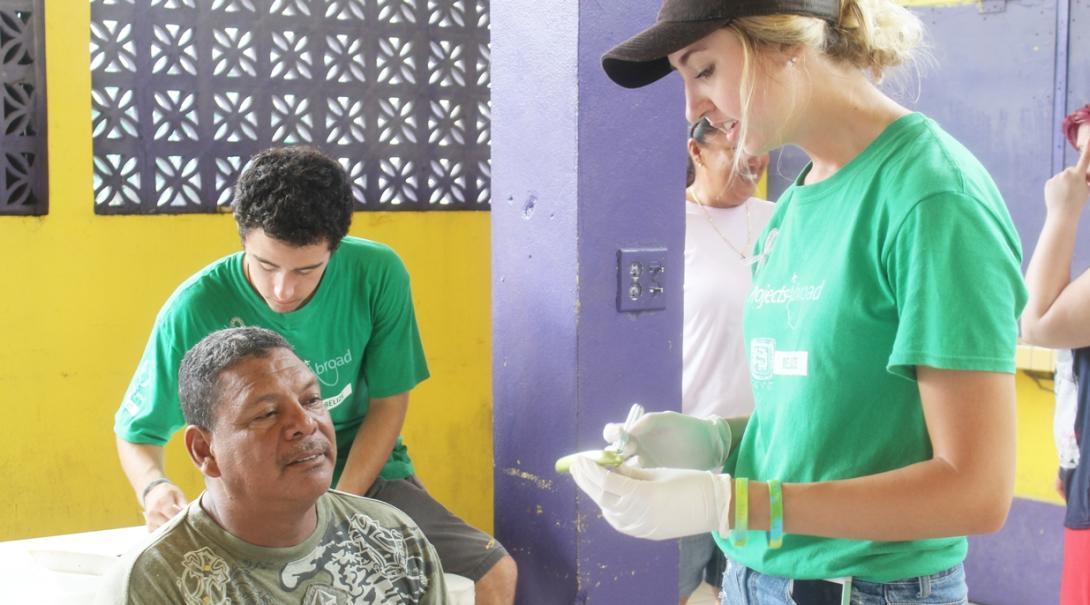 ベリーズの地域各所で健康診断を通して公衆衛生活動に取り組む高校生ボランティア